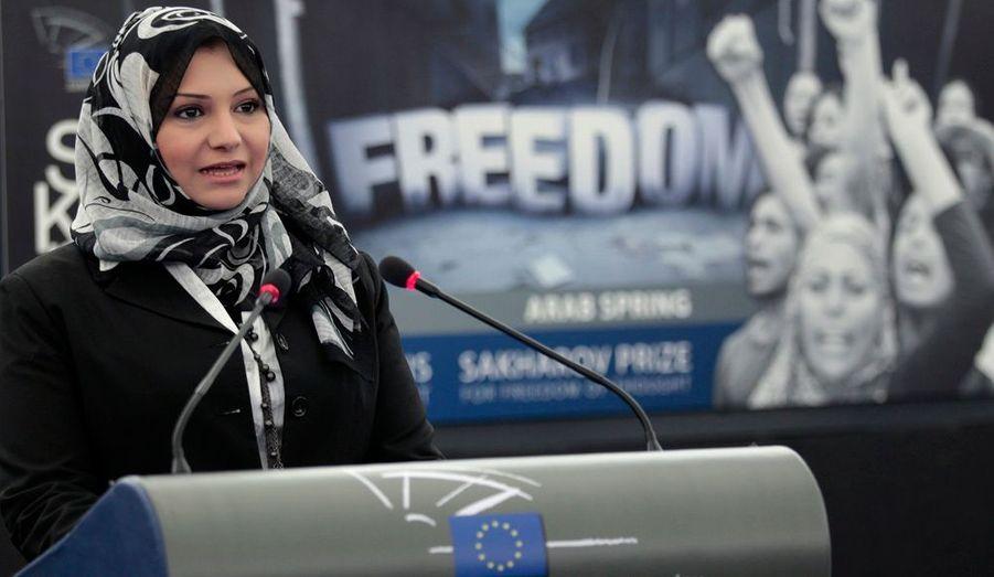 L'Egyptienne Asmaa Mahzouf est l'une des cinq lauréats du Prix Sakharov pour les droits de l'Homme du Parlement européen, dont la cérémonie s'est déroulée, mercredi, à Strasbourg. Les activistes duPrintemps arabeont été à l'honneur pour cette édition 2011. Le Parlement a également primé le dissident libyen Ahmed al-Zubair Ahmed al-Sanusi, les Syriens Ali Farzat (caricaturiste) et l'avocate Razan Zeitouneh, ainsi qu'à titre posthumele Tunisien Mohammed Bouazizi, dont l'immolation par le feu a été le déclencheur de cette vague de protestation sans précédent dans le monde arabe. Les deux lauréats syriens n'ont pas pu faire le déplacement pour recevoir leur prix.