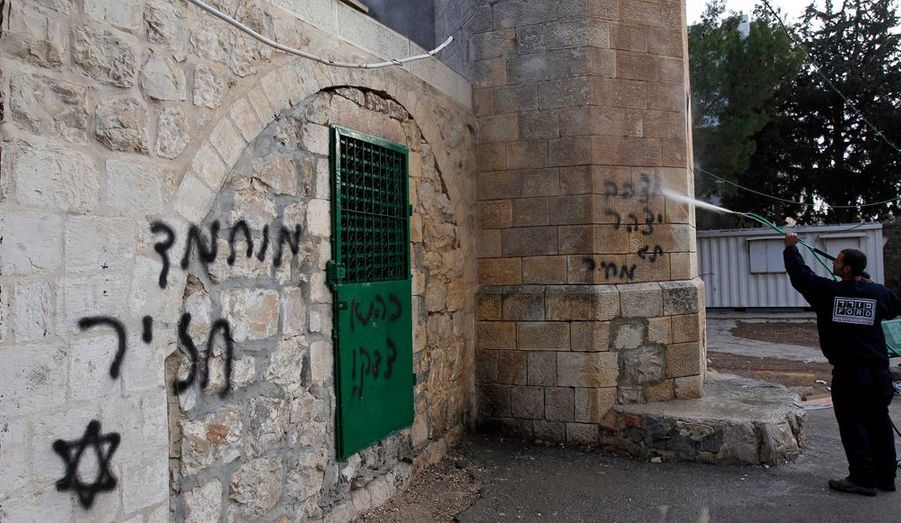 """Une mosquée de Jérusalem a été vandalisée, mercredi. Des graffitis ont été inscrits en hébreu sur son mur - """"Mohammed est un cochon"""". Les tensions communautaires et religieuses se multiplient à l'approche des fêtes de fin d'année."""