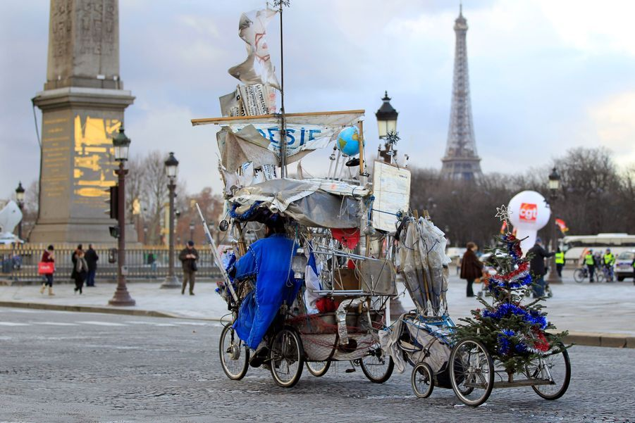 Un homme en bicyclette lors d'une manifestation contre l'austérité devant l'Assemblée nationale, à Paris.