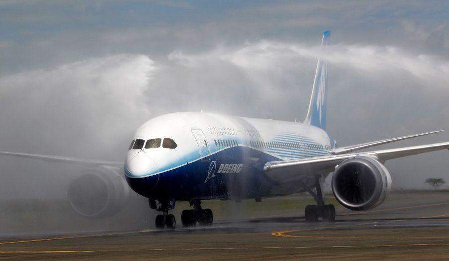 Le très attendu Boeing 787-800 est nettoyé après son atterrissage à Nairobi, au Kenya. Petit dernier de l'avionneur américain, l'appareil effectue une tournée mondiale des pays dont les compagnies en ont commandé des exemplaires.