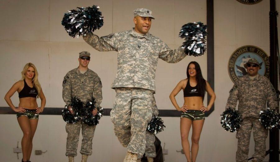 Des soldats participent à un entraînement de pom-pom girls professionnelles, venues les divertir à Camp Virginia, au Koweït.