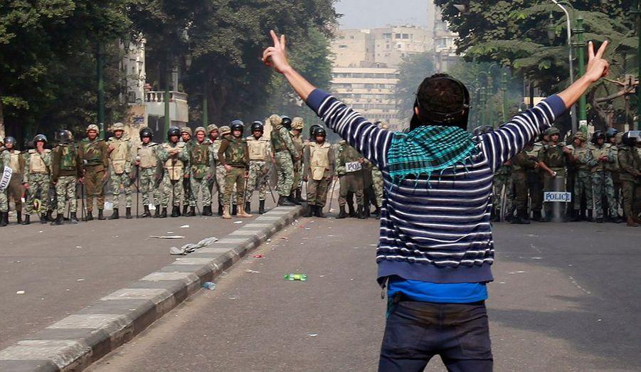 """Des incidents ont éclaté vendredi au Caire entre des manifestants et la police militaire, faisant quinze blessés selon des médias locaux citant le ministre égyptien de la Santé. Environ 300 personnes s'étaient rassemblées après la diffusion via internet d'images présentées comme celles d'un activiste arrêté et battu par les forces de l'ordre. """"La rumeur court qu'ils l'ont sévèrement battu et qu'il a été hospitalisé"""", a dit un médecin s'occupant sur place de manifestants blessés. """"C'est ce qui a conduit des gens à sortir manifester"""", a-t-il ajouté."""