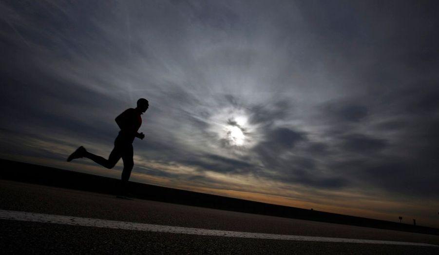 Un homme fait son jogging sur la plage de Cagnes-sur-Mer (Alpes-Maritimes).