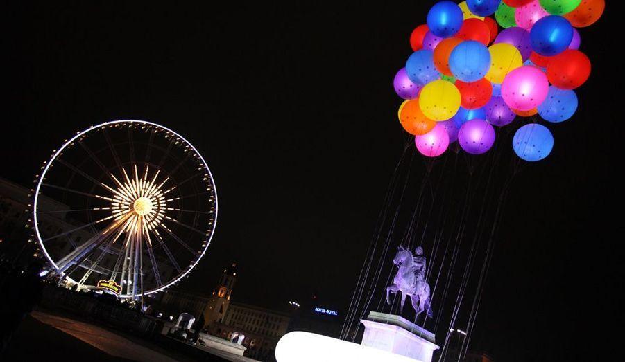 La statue de Louis XIV est vue sous les ballons et les éclairages à Lyon, où se déroule du 8 au 11 décembre le Festival des lumières.