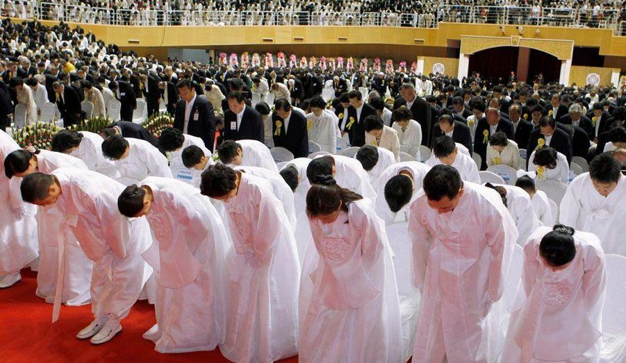 """Hyung-Jin Moon, le président de l'Eglise de l'unification, assiste aux funérailles du Révérent Moon, le fondateur de la """"secte"""". Des milliers de personnes ont assisté la cérémonie au CheongShim Peace World Center de Gapyeong, au nord-est de Séoul. Sun-Myung Moon est décédé à l'âge de 92 ans le 3 septembre dernier."""