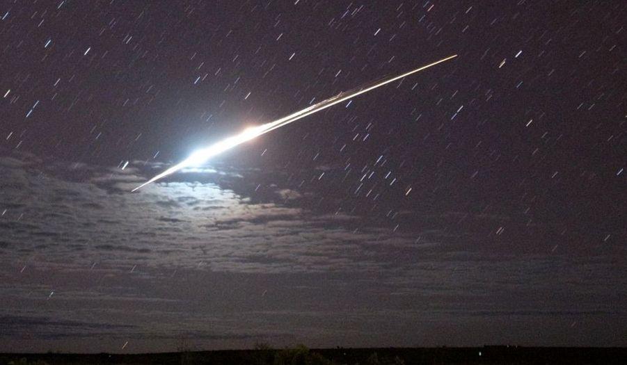 """La sonde nippone Hayabusa (""""faucon"""", en japonais) a atterri dimanche en Australie après avoir passé sept ans dans l'espace afin de faire des prélèvements sur l'astéroïde Itokawa. Si ces échantillons sont viables, les chercheurs disposeraient pour la première fois de matière issue du sol lunaire. Les scientifiques de la Nasa et l'agence spatiale japonaise (Jaxa) ont localisé l'endroit où la capsule s'est posée mais ils attendent la levée du jour pour la récupérer."""