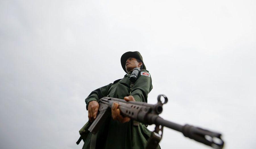 Un soldat birman veille sur une zone séparant deux villages près de Sittwe. Les deux communautés, l'une musulmane, l'autre bouddhiste s'affrontent ces derniers jours, ravivant la crainte d'une explosion généralisée de ce conflit ancien.