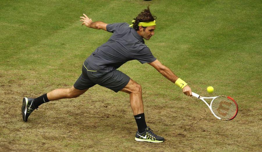 Le Suisse Roger Federer affronte le Russe Mikhail Youzhny sur le gazon du tournoi de Halle, en Allemagne.