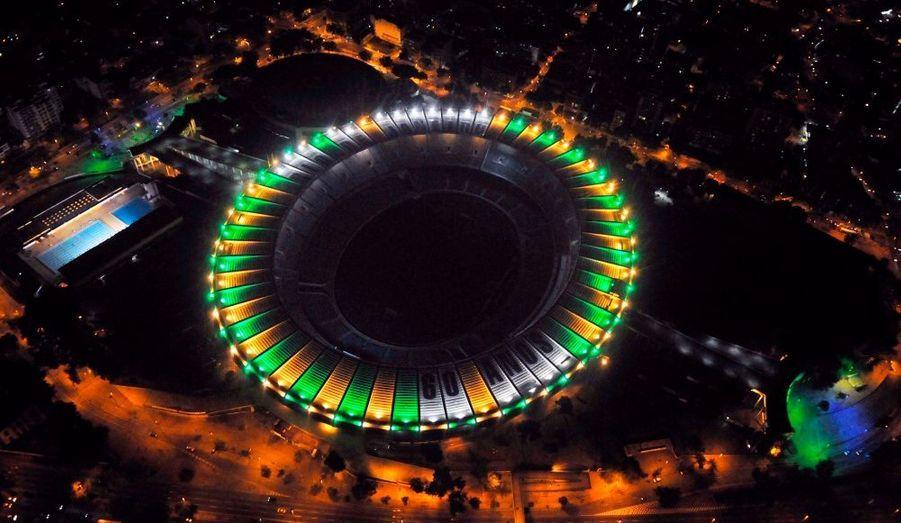 A Rio de Janeiro, le stade Maracaña est redécoré aux couleurs du Brésil à l'occasion du 60ème anniversaire de son inauguration.