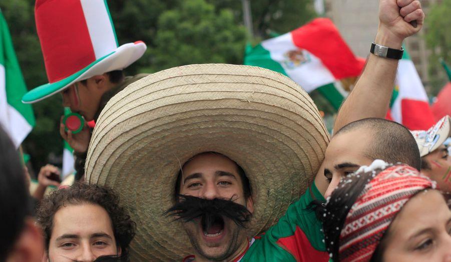 Hier soir, une foule immense s'est rassemblée dans le centre de Mexico pour fêter la victoire du Mexique sur les Bleus.