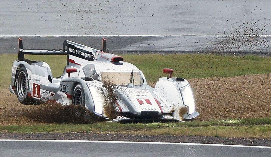 L'Audi R18 E-Tron d'Andre Lotterer quitte la piste samedi durant le warm-up avant les «24 heures du Mans».