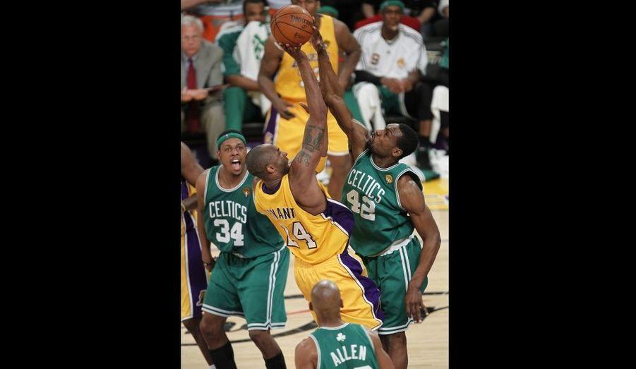 ll y aura une belle finale entre les Lakers et les Celtics! Menés 3-2 après les deux défaites de rang concédées dans le Massachusetts, les champions en titre ont en effet égalisé en l'emportant aisément à Los Angeles 89-67. Une victoire obtenue sans trembler tant le collectif californien a maîtrisé la rencontre. Portés par les 26 points et 11 rebonds de Kobe Bryant et les 17 points-13 rebonds et 9 passes de Pau Gasol, les Lakers comptaient ainsi 10 points d'avance à la fin du premier quart et 20 à la pause! A l'inverse chez les Celtics, si Ray Allen a surnagé avec 19 points, Paul Pierce et Kevin Garnett ajoutant péniblement 13 et 12 points, le banc a en revanche touché le fond... Los Angeles reprend ainsi la main puisque le match décisif se jouera jeudi au Staples Center.