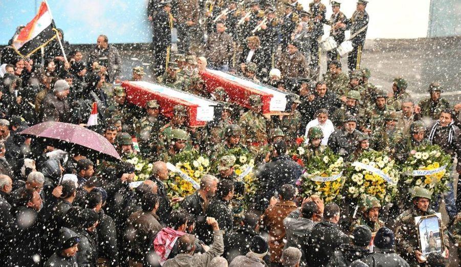 La neige tombe sur des soldats syriens lors d'une cérémonie funèbre à l'hôpital militaire de Teshrine à Damas. Au lendemain d'une journée de rassemblement e grande ampleur à travers à Syrie, les opposants au régime appellent à nouveau à la désobéissance civile.