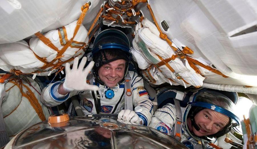 """Une navette spatiale Soyouz a atterri jeudi au Kazakhstan avec à son bord un astronaute américain, Jeff Williams, et un cosmonaute russe, Maxim Souraev, de retour d'une mission à bord de la Station spatiale internationale (ISS). """"L'équipage est en bonne santé. Ils ont dit qu'ils étaient de bonne humeur"""", a déclaré à Reuters un responsable de la mission spatiale russe. La capsule Soyouz TMA-16 a atterri comme prévu dans les steppes proches de la ville d'Arkalyk, dans le nord du pays, après un voyage de trois heures et demie vers la Terre. Trois hommes restent encore à bord de l'ISS: l'Américain Timothy Creamer, le Japonais Soichi Noguchi et le Russe Oleg Kotov. Trois autres, un Américain et deux Russes, doivent les rejoindre le 4 avril à bord d'un vaisseau russe, la Nasa ayant suspendu jusqu'à la fin de l'année ses vols de navettes habitées."""