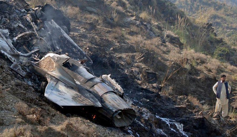 L'épave d'un avion de combat de l'armée de l'air pakistanaise, qui s'est écrasé près d'Attock à 80 km à l'ouest d'Islamabad. Le jet s'est écrasé lors d'une mission d'entrainement en raison d'un problème technique. Le pilote est mort.