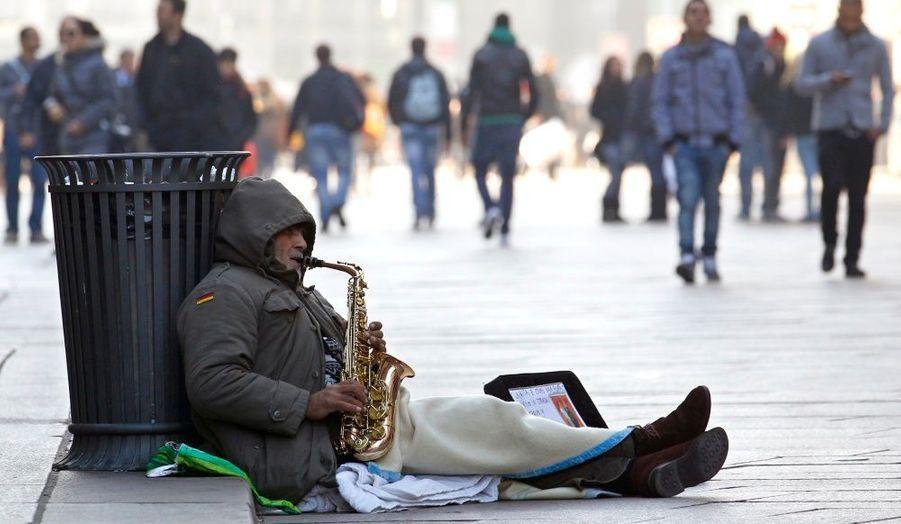 Un musicien de rue joue dans le centre de Milan. Après avoir obtenu la confiance des députés vendredi, le nouveau chef du gouvernement italien Mario Monti a annoncé une rencontre informelle avec Nicolas Sarkozy et Angela Merkel pour discuter de la crise dans la zone euro.