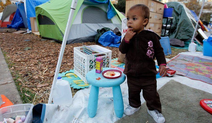 Nubia Olmeda, dix-huit mois, est le plus jeune des indignés d'Oakland, qui campent toujours devant la mairie de la ville.