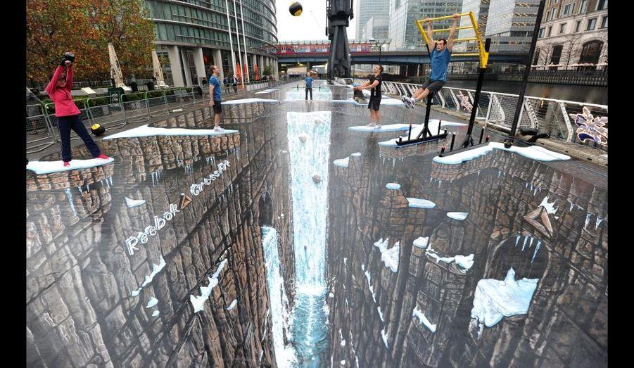 Cette peinture en trompe-l'œil est devenue la nouvelle détentrice du record mondial de la plus grande peinture en 3D, selon le Guinness. Œuvre du britannique Joe Hill, cette création, dessinée à Canary Wharf à Londres, fait plus de 1100 mètres ².