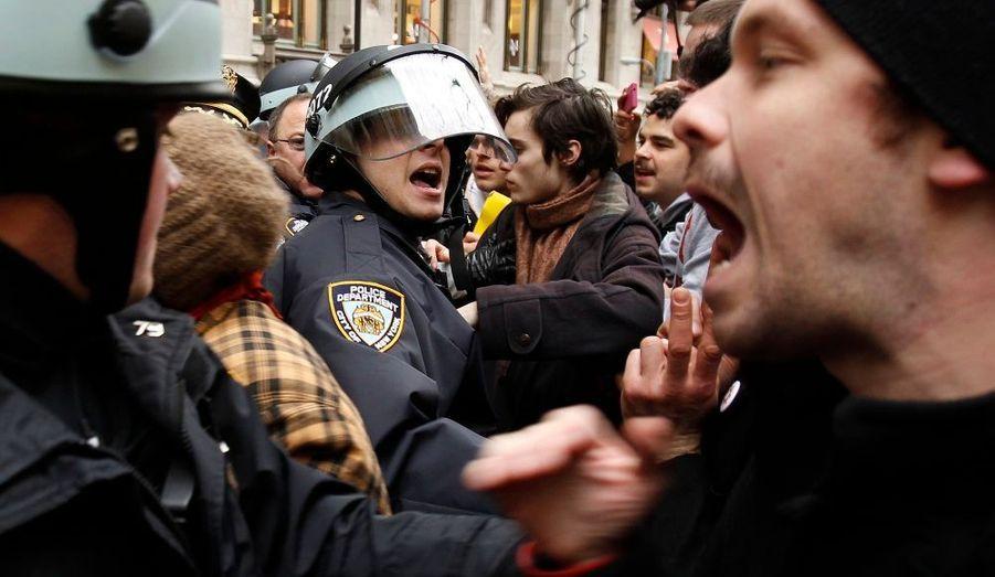 Des militants d'Occupy Wall Street protestent face aux policiers venus les déloger.