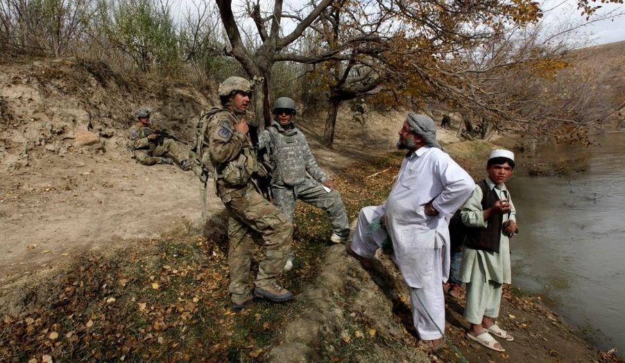 Des soldats américains discutent avec des habitants, lors d'une patrouille de sécurité dans la province de Wardak, dans l'Est de Afghanistan.