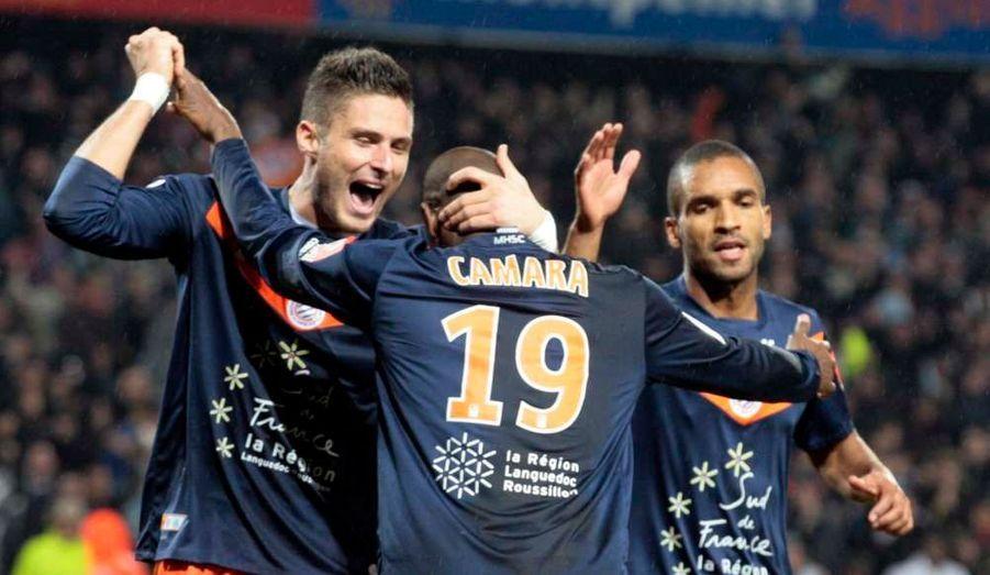 Montpellier a réussi une belle performance en s'imposant face à l'Olympique de Marseille ce samedi au stade de La Mosson, lors de la 14e journée de Ligue 1 (1-0). Un but inscrit par Diawara contre-son-camp. Si les Olympiens ont bien poussé après cette ouverture du score cela n'a pas suffi. Grâce à cette victoire, les coéquipiers de Giroud rejoignent provisoirement le PSG en tête du classement tandis que l'OM reste 10e à 12 points des leaders.