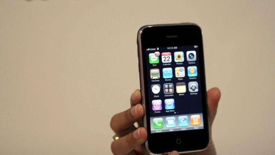En novembre 2007, Apple entre dans une nouvelle ère grâce à l'iPhone, le premier smartphone de la marque.