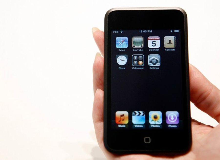 Fin 2006, Apple participe à la révolution de la technologie tactile, avec l'iPod Touch, dont la forme est très proche de celle de l'iPhone.