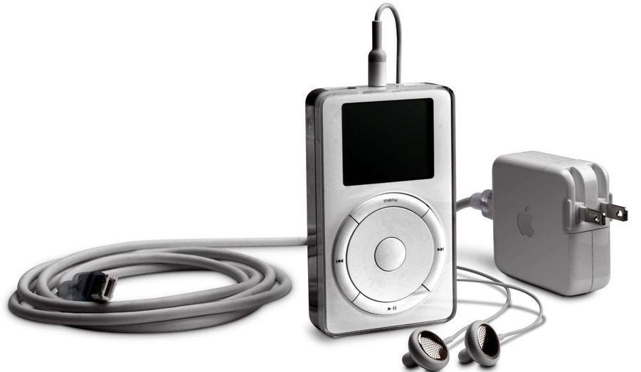 L'iPod, premier baladeur numérique d'Apple, est lancé en octobre 2001. Amélioré chaque année avec la sortie de nouveaux modèles, il a constitué un véritable carton, bien aidé par le développement développement du logiciel iTunes.