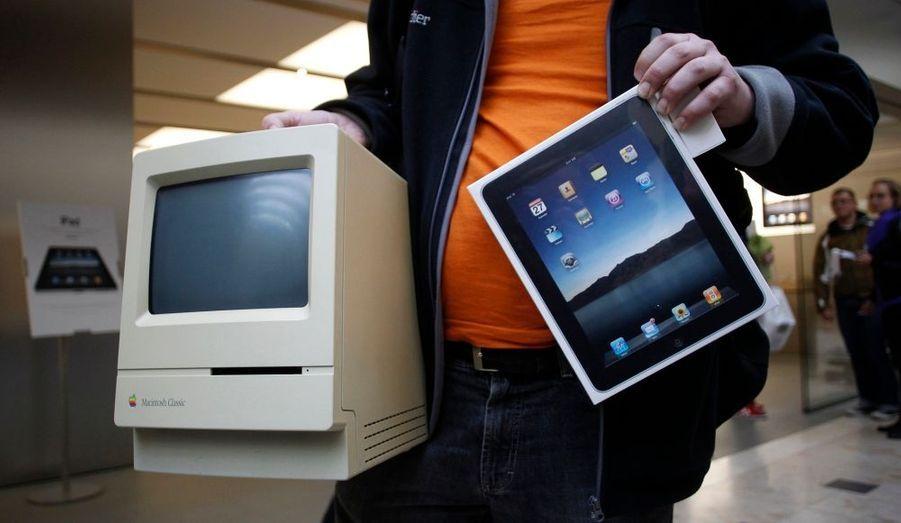 Le Macintosh original (1984) et la tablette iPad (2010), deux énormes succès commerciaux, représentent 25 années d'avancées technologiques d'Apple.