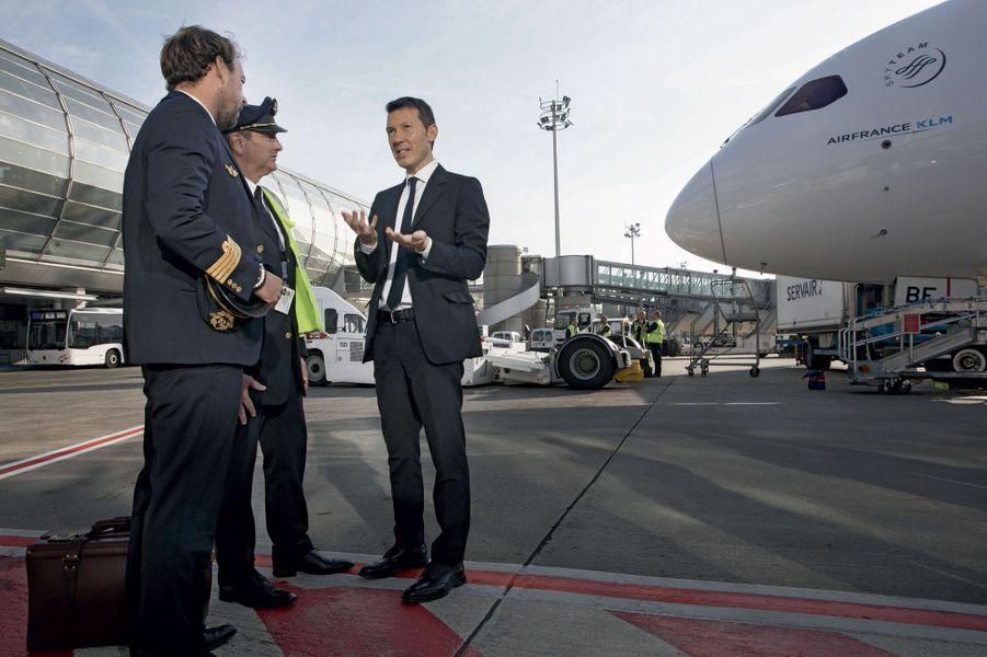 Le nouveau directeur général d'Air France-KLM, Benjamin Smith, avec deux pilotes sur le tarmac de l'aéroport Charles-de-Gaulle, le 20 septembre, trois jours après sa prise de fonctions.