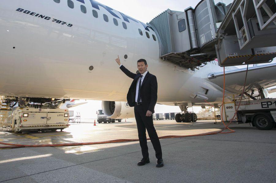 Benjamin Smith au pied d'un Boeing 787 d'Air France, le 20 septembre.
