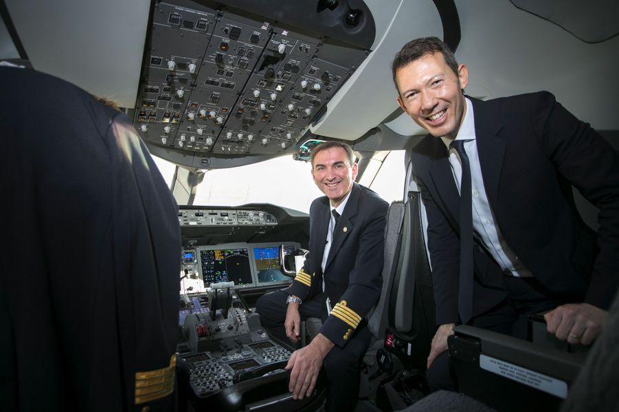 Benjamin Smith dans le cockpit d'un Boeing 787, le 20 septembre, avecJean-Philippe Girard, commandant de bord Instructeur B787 et 777.
