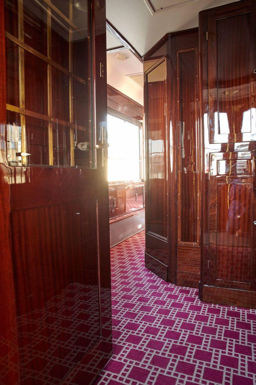 A l'intérieur de la voiture dite «Côte d'Azur», la moquette a été reproduite telle qu'elle était à l'origine, avec des motifs dessinés par Suzanne Lalique, la fille du célèbre maître verrier.
