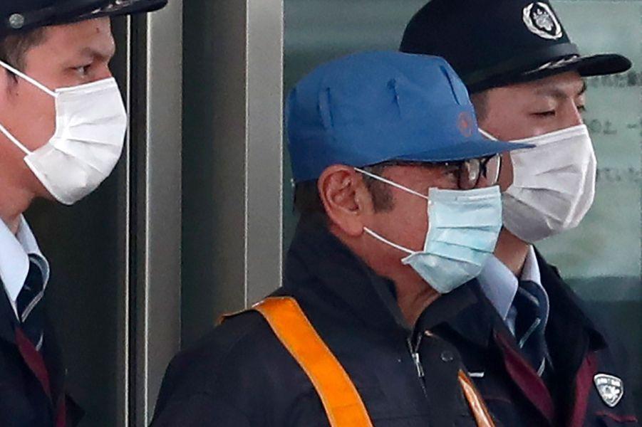 Carlos Ghosn (casquette bleue) quitte la prison de Kosuge à Tokyo, mercredi.