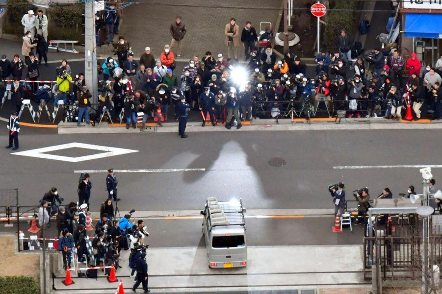Le véhicule transportant Carlos Ghosn face aux journalistes, mercredi à Tokyo.