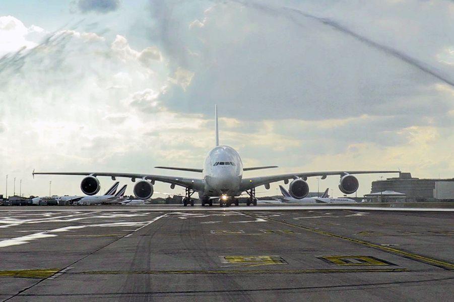 Le «salut aquatique» des pompier de Roissy, vendredi, pour l'A380 d'Air France.