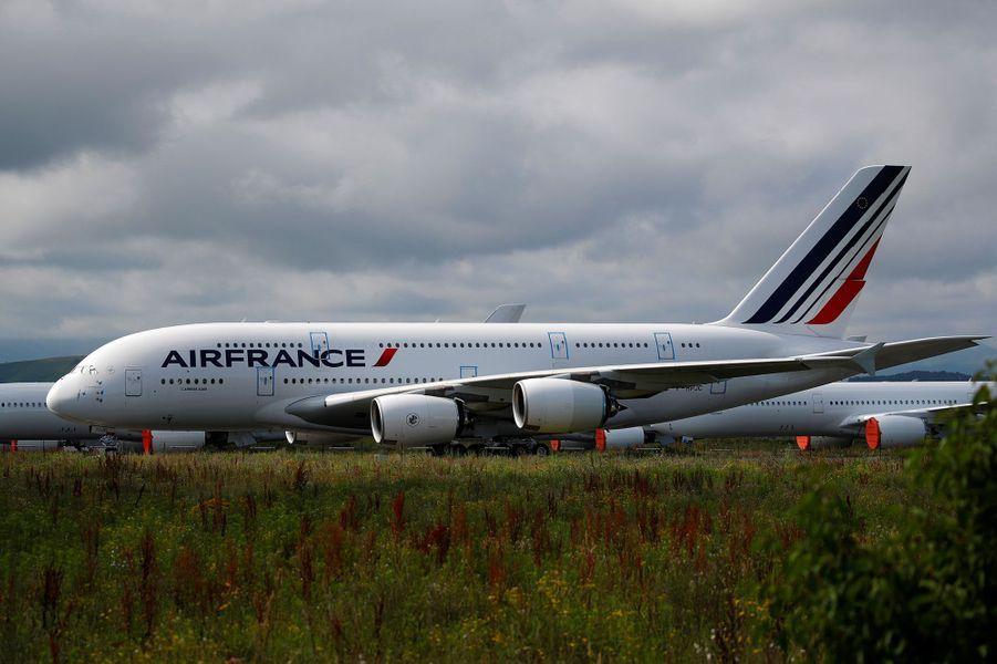Le 19 juin, sur le site de l'entreprise Tarmac Aerosave à Tarbes (Hautes-Pyrénées), un A380 d'Air France cloué au sol par la pandémie de coronavirus. Depuis le début de la crise sanitaire, l'activité de l'entreprise a explosé, selon France 3 Occitanie.
