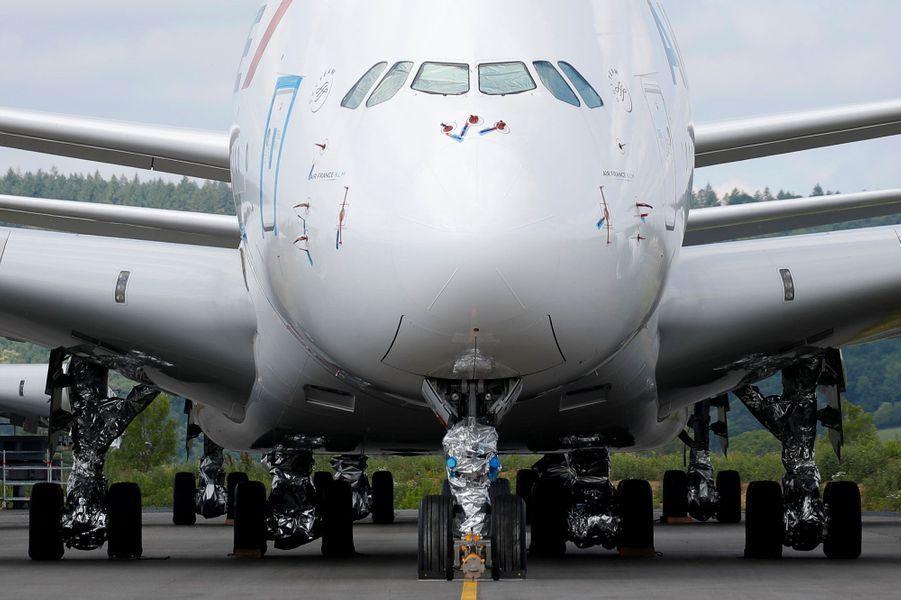 Le 19 juin, sur le site de l'entreprise Tarmac Aerosave à Tarbes (Hautes-Pyrénées), un A380 d'Air France cloué au sol par la pandémie de coronavirus. Depuis le début de la crise sanitaire, l'activité de l'entreprise a explosé, selonFrance 3 Occitanie.