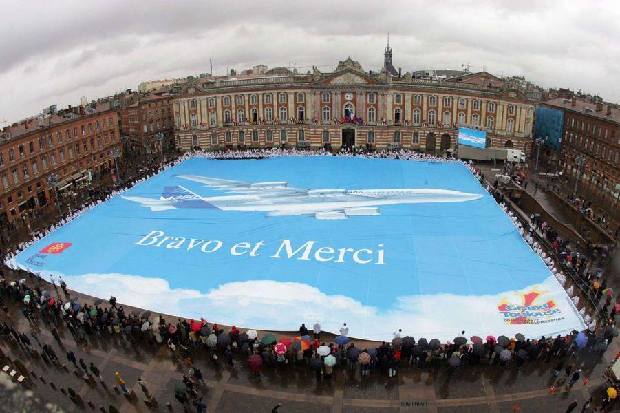 Image d'archives : le 18 janvier 2005, quelques mois avant le premier vol de l'A380, la ville de Toulouse salue le futur géant des airs avec une gigantesque bannière qui le représente en taille réelle sur la place du Capitole.