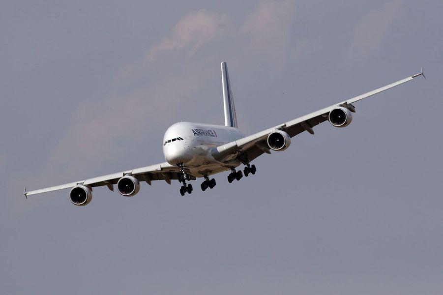 L'Airbus A380 d'Air France à l'atterrissage, vendredi à Roissy.