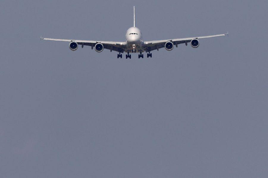 L'Airbus A380 en approche, vendredi à Roissy.