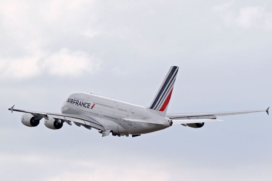 Un Airbus A380 d'Air France au décollage, vendredi, à Roissy, pour le dernier vol de l'appareil sous les couleurs de la compagnie.