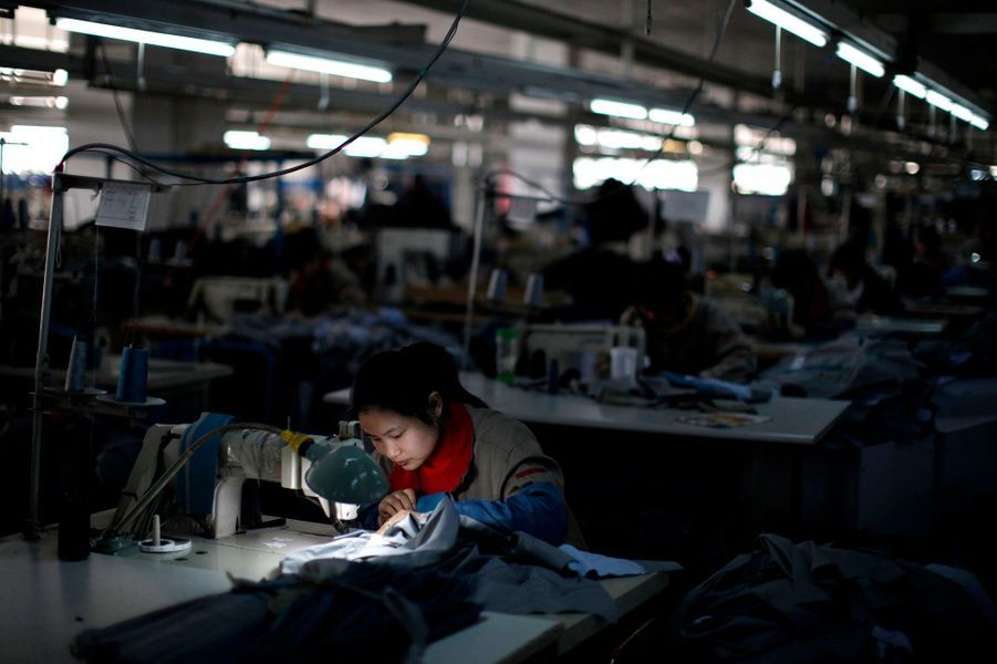 La catastrophe du Rana Plaza, au Bangladesh, jette une lumière crue sur l'industrie textile en Asie. La Chine a longtemps dominé ce secteur, en fournissant une écrasante majorité des textiles vendus en Europe et aux Etats-Unis. Même dans la commune la plus riche de Chine, Huaxi, on trouve une usine de textile, symbole de la prééminence de cette industrie dans le pays.