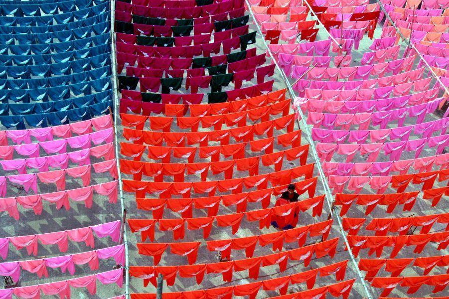 Alors que les salaires augmentent en Chine, les géants de l'habillement ont tenté de trouver ailleurs une main d'oeuvre moins coûteuse. Selon des chiffres du «New York Times», alors que le salaire moyen d'un travailleur est de 500 dollars pour une semaine de 48 heures à Guangzhou, en Chine, il n'est que de 37 dollars à Dhaka.