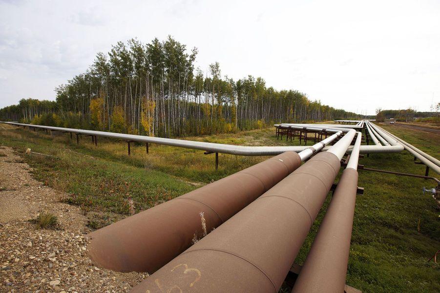 Des pipelines autour de l'installation de Suncor
