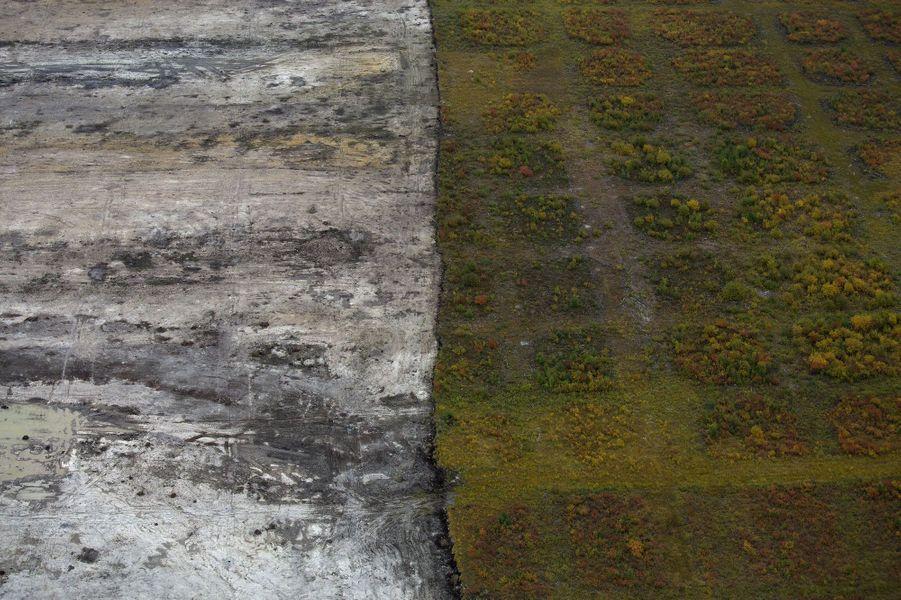 La couche de terre superficielle est évacuée pour permettre d'atteindre les sables bitumineux