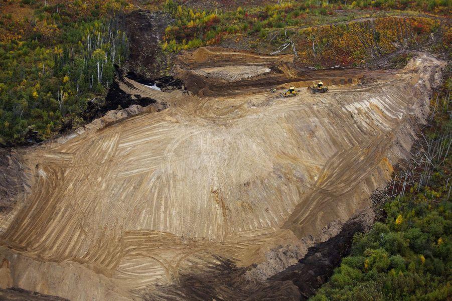 Les bulldozers dégagent une nouvelle zone d'exploitation