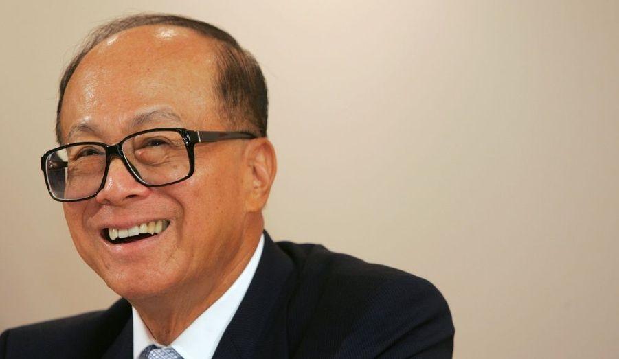Li-ka Shing est l'homme d'affaires hongkongais le plus riche et le plus influent. Sa firme comprend des filiales implantées dans quarante pays. Depuis l'enlèvement de son fils Vicor Li, il est connu pour être une personne prudente voire méfiante. Concentrés principalement sur deux conglomérats, ses avoirs représenteraient 11% de la bourse de Hong-Kong. Sa fortune, construite dans l'immobilier, serait d'environ 21 milliards de dollars. Ce qui fait de lui le quatorzième homme d'affaires le plus riche du monde.