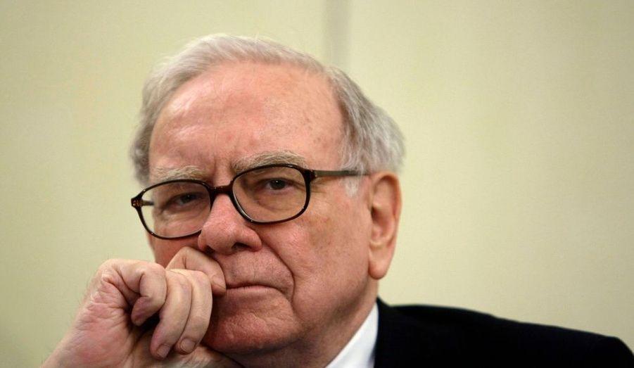 """Warren Buffet, homme d'affaires et investisseur américain, possède actuellement une fortune estimée à 40 milliards de dollars. Il clôt ainsi le trio de tête des hommes les plus riches de la planète. Fort d'un master en économie à l'Université Columbia, Warren Buffet commence sa carrière en gérant des portefeuilles boursiers qui regroupent l'argent de ses amis, de sa famille ainsi que le sien. La conjoncture économique aidant, ses investissements ont enregistré des plus-values de presque 30% en moyenne dans les années 1970. Surnommé """"l'oracle d'Omaha"""", l'homme d'affaires adopte néanmoins quelquefois des stratégies de placement risquées. Spéculateur aguerri, il aurait perdu, selon le magazine Forbes, une grande part de son capital dans la crise financière de 2009."""