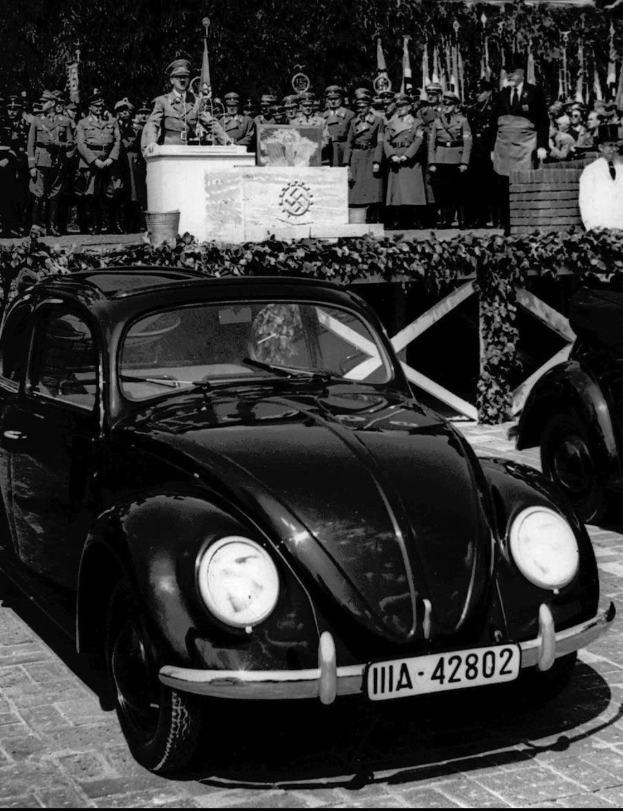 Le 26 mai 1938, Adolf Hitler dévoile la «volkswagen», la voiture du peuple, en Basse-Saxe.